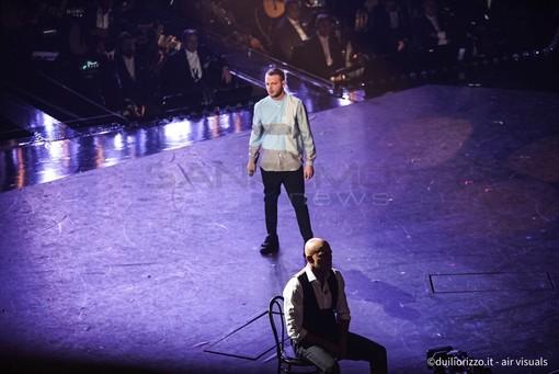 Anastasio con Claudio Bisio sul palco dell'Ariston (Foto Duilio Rizzo)