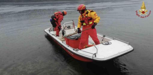 I vigili del fuoco recuperano un corpo nel naviglio Langosco