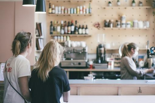 Da oggi pranzi e cene anche al chiuso nei ristoranti e caffè al banco. Riaprono gli stadi. Ecco le nuove regole