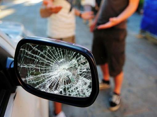 Con la truffa dello specchietto ha cercato di fregare 11 donne: nei guai un 19enne