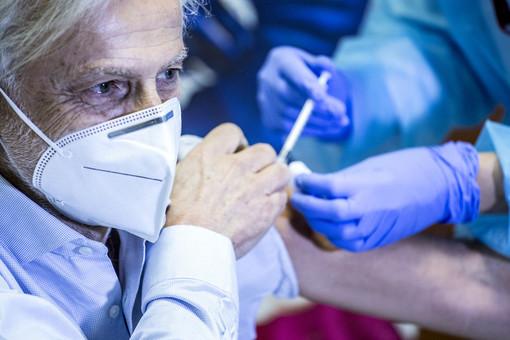 Vaccini, terza dose per gli over 80: la Lombardia domenica fa partire le prenotazioni