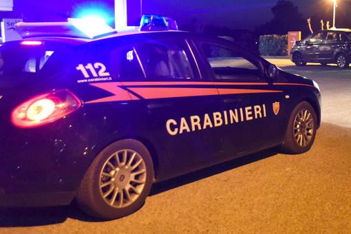 Pavese: appicca il fuoco alla porta di casa della ex compagna col whisky, in manette un 47enne