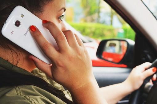 Codice della strada, via la patente (e mega multa) per chi usa il telefono alla guida