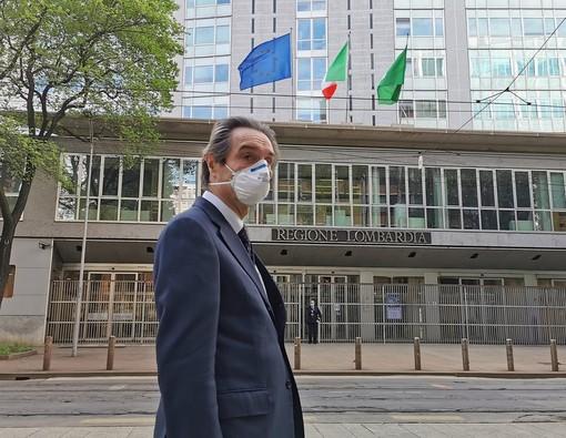 Fontana due ore in Procura a Bergamo. Qualche protesta all'esterno. Salvini: «Indegno. Lasciate lavorare i governatori»