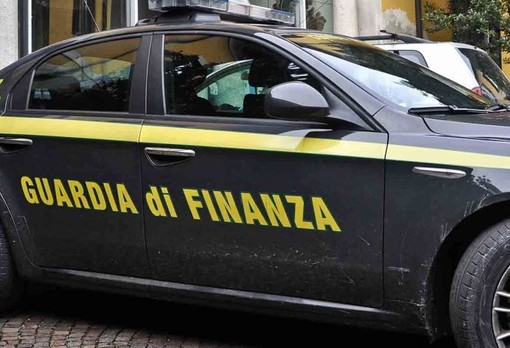 Boutique del 'falso' in due appartamenti in centro a Novara: sequestrati 250 capi di abbigliamento contraffatti