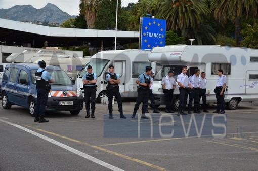 Ore 9.30 del 21 giugno 2015, la gendarmerie erige la sua linea Maginot. Sotto le altre foto di quella mattina