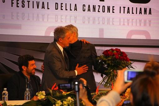 #Sanremo2018: la Rai inizia a corteggiare Baglioni per il Festival 2019, in sala stampa arriva anche un mazzo di fiori