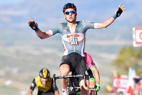 Giro d'Italia, sull'Etna trionfa il colombiano Chaves