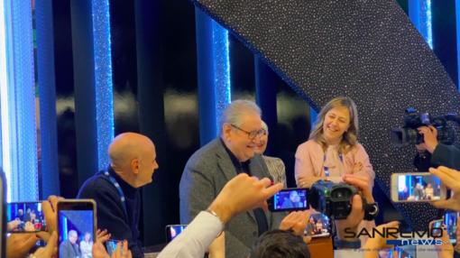 70° Festival di Sanremo: Vincenzo Mollica porta il suo saluto ai giornalisti, il toccante omaggio della sala stampa