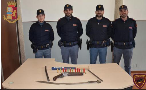 Gli agenti della Polizia di Stato con le arme sequestrate