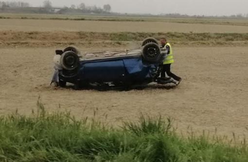 Auto capottata nei campi
