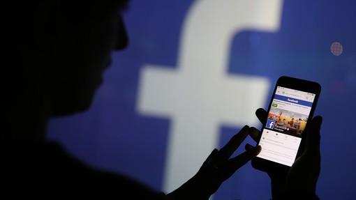 Si spacciava per donna su Facebook e adescava minorenni: arrestato per violenza sessuale su ragazzi dai 15 ai 17 anni