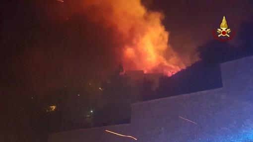 Incendio a Cogoleto, situazione in miglioramento. Traffico in tilt (VIDEO)