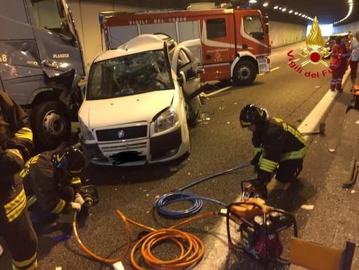 Schianto in galleria a Castelletto Ticino, morti un uomo e una donna travolti da un tir