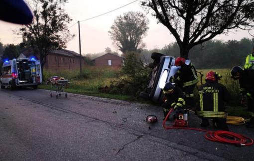 Mede: si schianta con l'auto contro un albero, ferito un 29enne