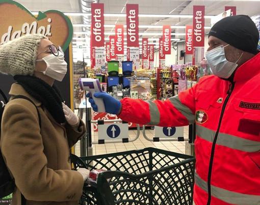 Da domani in Lombardia obbligo di coprirsi naso e bocca con mascherine, foulard o sciarpe per chi esce di casa