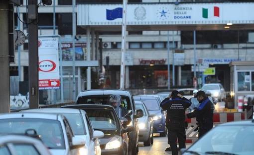 Da domani gli svizzeri possono tornare in Italia. Sì a cene e turismo, ma spesa vietata