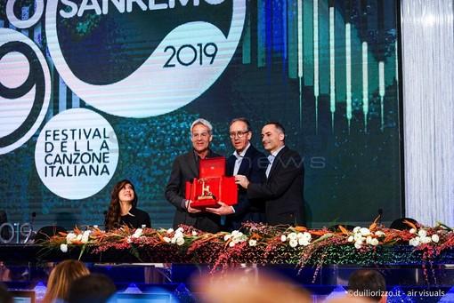 La consegna del premio in sala stampa all'Ariston (Foto Duilio Rizzo)