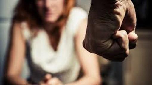 Picchia la compagna con un frullatore, arriva la polizia e la trova coperta di sangue