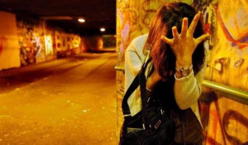 Blocca in strada una ballerina, la picchia e tenta la violenza
