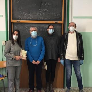 """Valle Lomellina: gli autori """"di Val ân tâl cör"""" omaggiano gli studenti delle scuole con una copia del libro"""