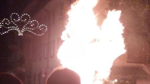 (FOTOGALLERY) Vigevano, un successo di pubblico per il tradizionale rogo del Diavolo di San Bernardo