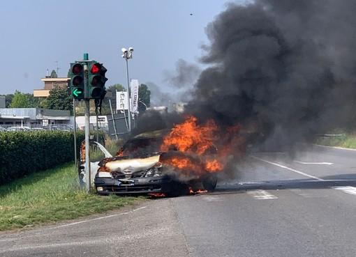 Sedriano: tamponamento sulla ex statale 11, auto prende fuoco