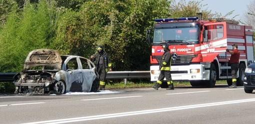 Magenta: auto in fiamme sul cavalcavia vicino all'Iper