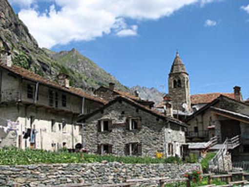 Scaldasole: monsignor Stefano Cerri riceve la cittadinanza onoraria della Valle d'Aosta