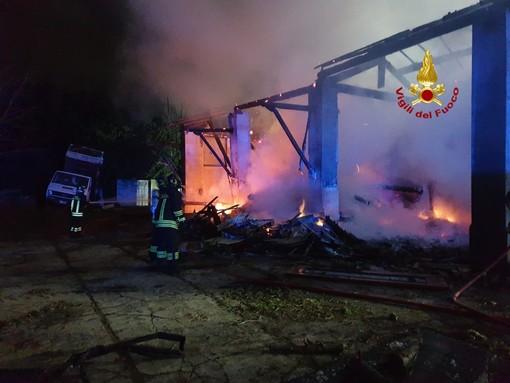 In fiamme una legnaia a Gattinara, interviene anche un'autobotte dei Vigili del Fuoco di Mortara