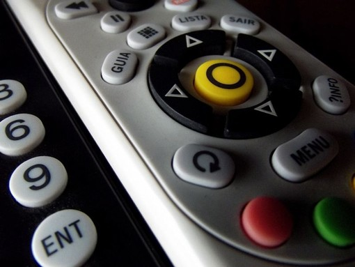 Troppe chiacchere, il Parlamento stoppa i virologi in tv