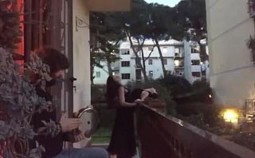 Coronavirus: Tango dai balconi tra Firenze e Milano