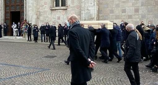 Lungo applauso per dire addio a Paolo Rossi