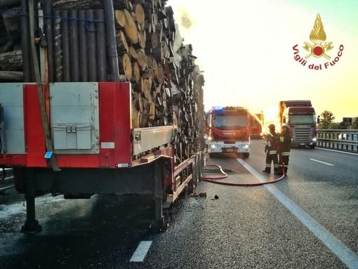 Oltrepò: in fiamme un semirimorchio carico di legname sulla Torino-Piacenza