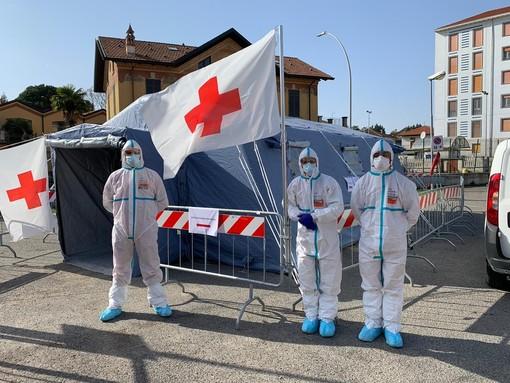 - (FOTONOTIZIA) - Vigevano: il personale della Croce Rossa presente al Pre-Triage all'esterno dell'ospedale Civile