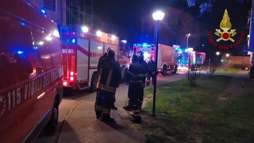 Vigevano, le immagini dell'incendio nella palazzina di via Foscolo