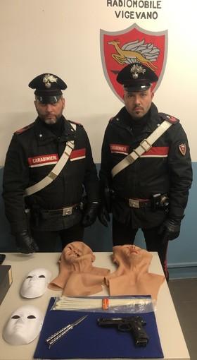 """Vigevano: scene da far west in pieno centro, mascherati e armati hanno rapinato la gioielleria """"Boffini"""", ma sono stati immediatamente arrestati dai carabinieri"""