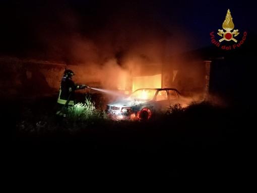 Pieve del Cairo: auto in fiamme alla frazione Gallia, intervengono i vigili del fuoco