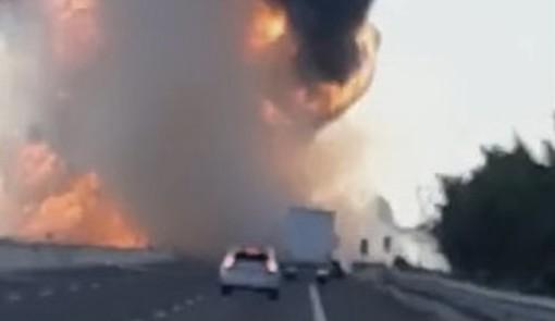 VIDEO. Spaventoso incidente in A1 tra Piacenza e Fiorenzuola: fiamme altissime e autostrada chiusa. Morti due camionisti