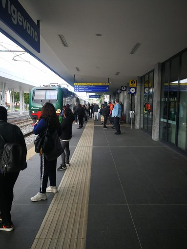 FOTOGALLERY. Vigevano, pochi pendolari sulla linea Milano-Mortara-Alessandria. Situazione sotto controllo