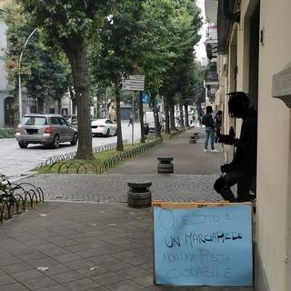 - FOTONOTIZIA - Vigevano, troppe bici sul marciapiede e spunta il cartello fai da te