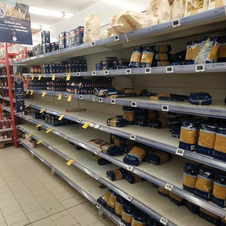 Vigevano, nessuna emergenza scorte, ma scaffali semivuoti. In Esselunga, il personale Esserbella supporterà i colleghi del punto vendita
