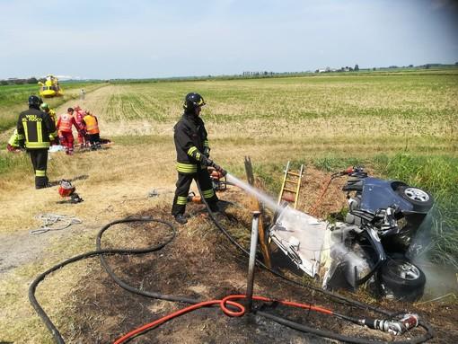 Mortara: finisce nel fosso con l'auto che si incendia, in gravi condizioni un 28enne