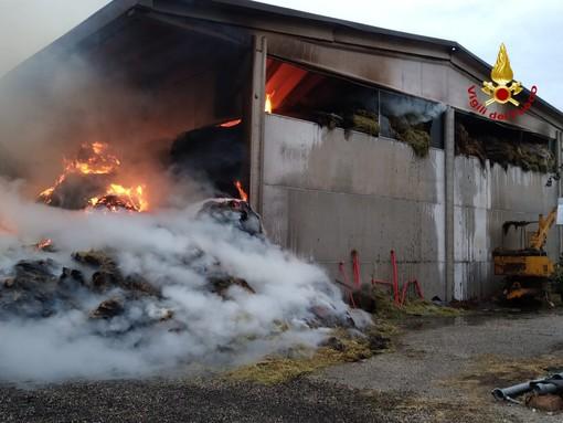 VIDEO. Oltrepò: prosegue l'intervento dei Vigili del fuoco per spegnere l'incendio al fienile di Torricella Verzate