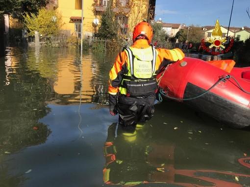 Pavia: in Borgo Ticino, dopo la piena, abitanti evacuati con il gommone