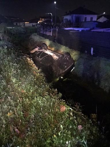 Tromello: esce di strada con l'auto e si ribalta in un fosso, illeso un 55enne
