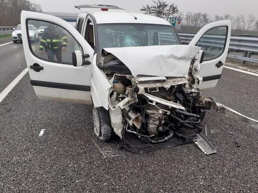 Scontro tra auto sull'autostrada A7: coinvolte tre persone, interviene l'elisoccorso