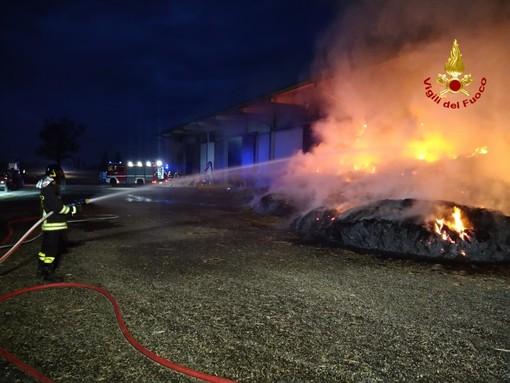 Oltrepò: incendio in un fienile a Torricella Verzate, Vigili del fuoco ancora impegnati nello spegnimento