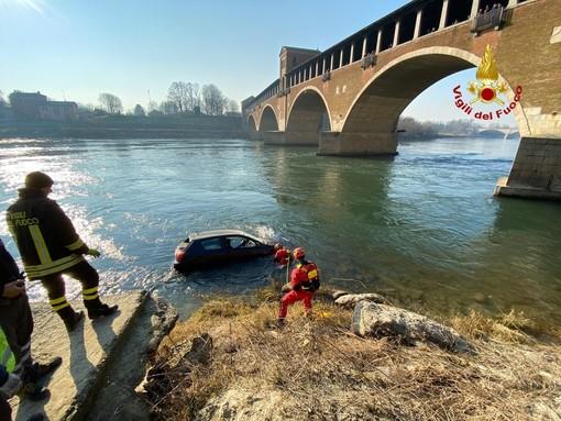 Pavia: auto precipita nel Ticino sotto il Ponte Coperto