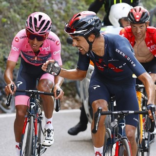 Questo è il ciclismo: il gregario Martinez sostiene Bernal e lo porta al traguardo quando Yates lo manda in crisi